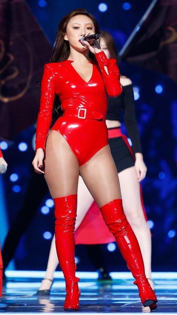 Màn hở bạo nhất Grammy Hàn Quốc 2021: Hwasa (MAMAMOO) như mặc đồ bơi, suýt hớ hênh vì vũ đạo nóng mắt làm lộ cả mảng lưng trần - Ảnh 11.