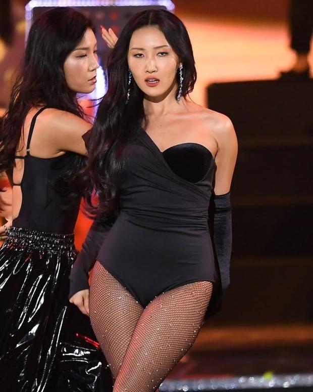 Màn hở bạo nhất Grammy Hàn Quốc 2021: Hwasa (MAMAMOO) như mặc đồ bơi, suýt hớ hênh vì vũ đạo nóng mắt làm lộ cả mảng lưng trần - Ảnh 14.