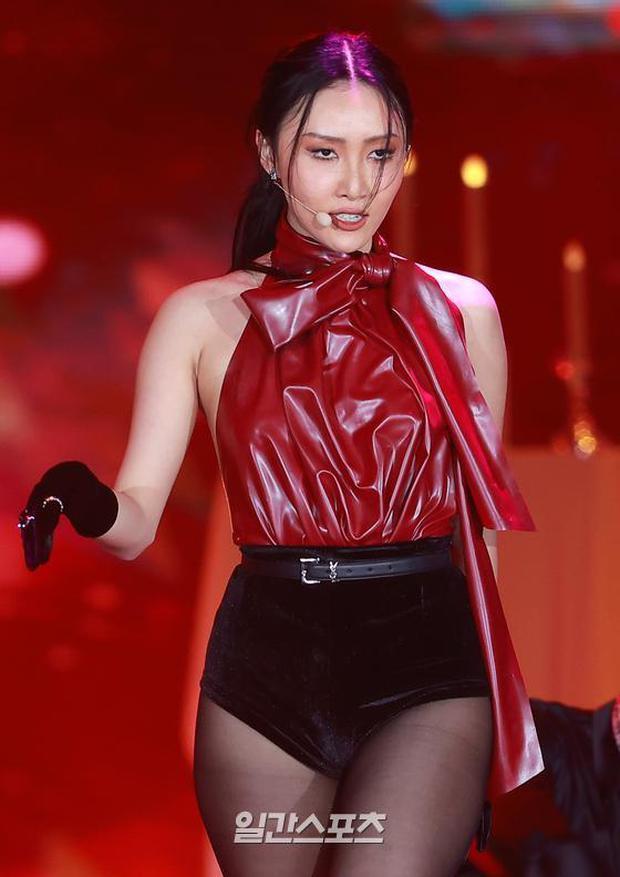 Màn hở bạo nhất Grammy Hàn Quốc 2021: Hwasa (MAMAMOO) như mặc đồ bơi, suýt hớ hênh vì vũ đạo nóng mắt làm lộ cả mảng lưng trần - Ảnh 4.