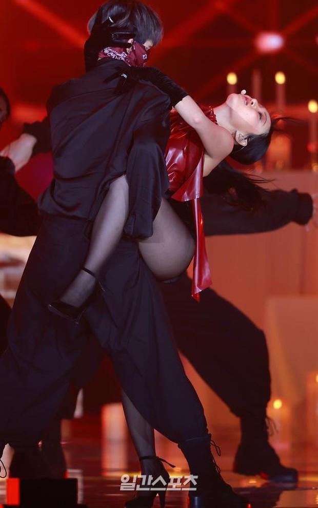 Màn hở bạo nhất Grammy Hàn Quốc 2021: Hwasa (MAMAMOO) như mặc đồ bơi, suýt hớ hênh vì vũ đạo nóng mắt làm lộ cả mảng lưng trần - Ảnh 7.