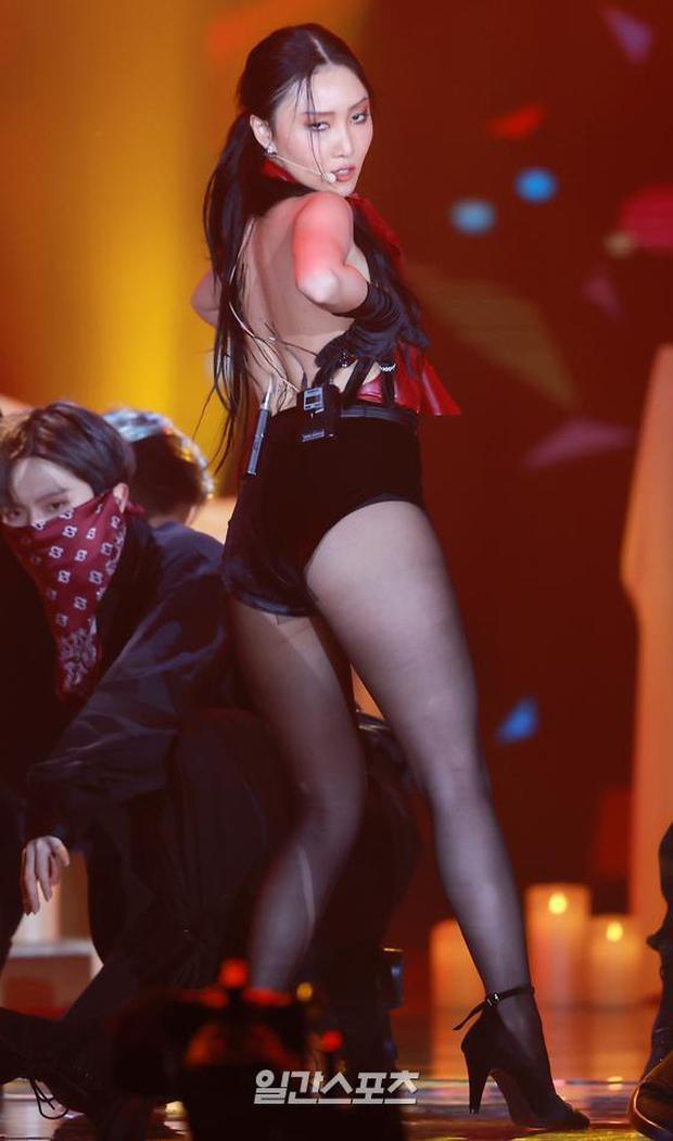 Màn hở bạo nhất Grammy Hàn Quốc 2021: Hwasa (MAMAMOO) như mặc đồ bơi, suýt hớ hênh vì vũ đạo nóng mắt làm lộ cả mảng lưng trần - Ảnh 6.