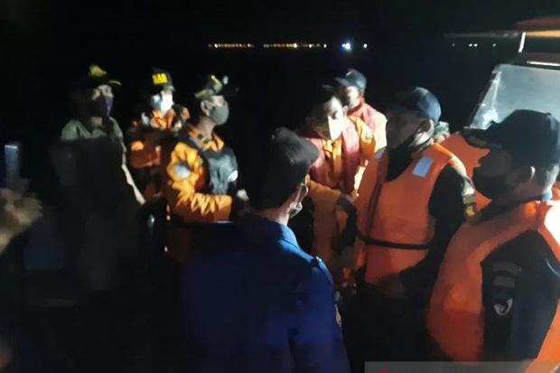 Máy bay rơi tại Indonesia: Thân nhân bàng hoàng đau đớn, khóc hết nước mắt trước tin dữ, ngóng đợi người nhà trở về trong vô vọng tại sân bay - Ảnh 2.