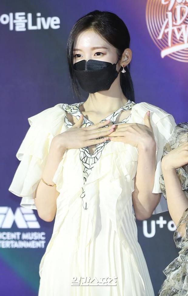 Thảm đỏ Grammy Hàn Quốc 2021: Thành viên Oh My Girl mặc đồ thảm họa, em út sexy nhất Kpop Hwasa và Jessi hở bạo kệ trời rét âm độ - Ảnh 9.