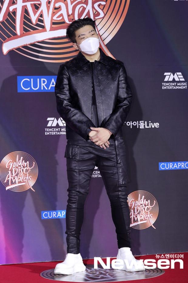 Thảm đỏ Grammy Hàn Quốc 2021: Thành viên Oh My Girl mặc đồ thảm họa, em út sexy nhất Kpop Hwasa và Jessi hở bạo kệ trời rét âm độ - Ảnh 24.
