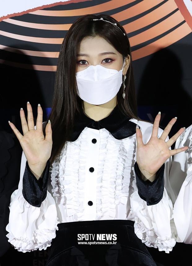 Thảm đỏ Grammy Hàn Quốc 2021: Thành viên Oh My Girl mặc đồ thảm họa, em út sexy nhất Kpop Hwasa và Jessi hở bạo kệ trời rét âm độ - Ảnh 15.