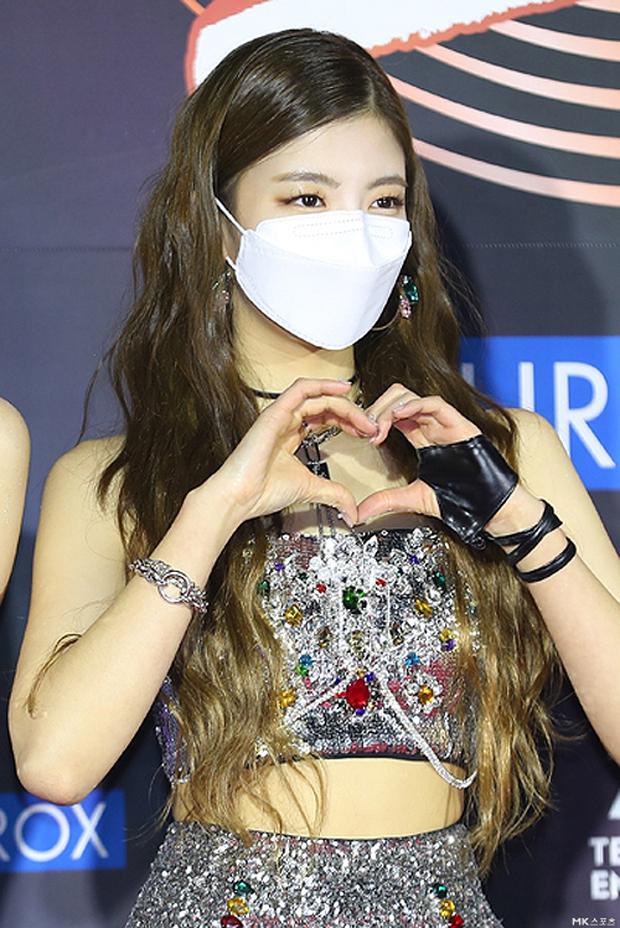 Thảm đỏ Grammy Hàn Quốc 2021: Thành viên Oh My Girl mặc đồ thảm họa, em út sexy nhất Kpop Hwasa và Jessi hở bạo kệ trời rét âm độ - Ảnh 11.