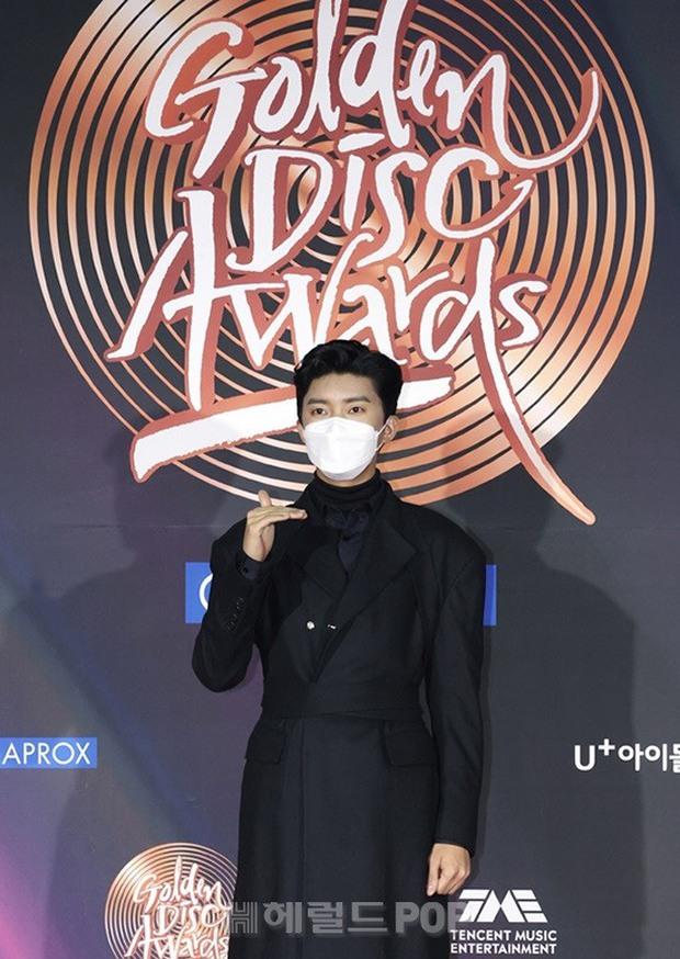 Thảm đỏ Grammy Hàn Quốc 2021: Thành viên Oh My Girl mặc đồ thảm họa, em út sexy nhất Kpop Hwasa và Jessi hở bạo kệ trời rét âm độ - Ảnh 19.