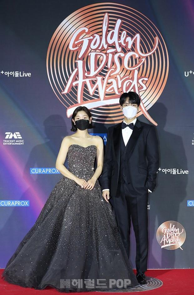 Thảm đỏ Grammy Hàn Quốc 2021: Thành viên Oh My Girl mặc đồ thảm họa, em út sexy nhất Kpop Hwasa và Jessi hở bạo kệ trời rét âm độ - Ảnh 18.
