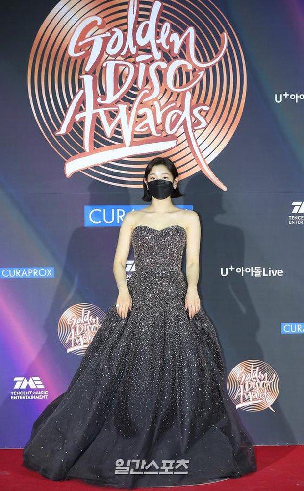 Thảm đỏ Grammy Hàn Quốc 2021: Thành viên Oh My Girl mặc đồ thảm họa, em út sexy nhất Kpop Hwasa và Jessi hở bạo kệ trời rét âm độ - Ảnh 17.