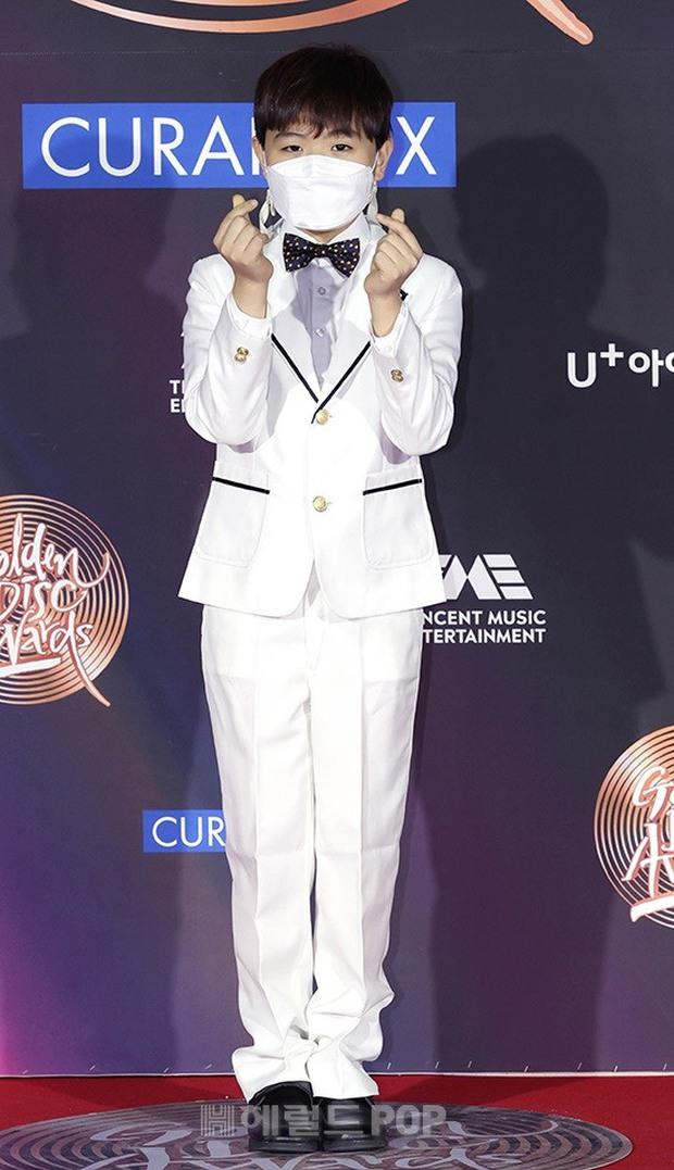 Thảm đỏ Grammy Hàn Quốc 2021: Thành viên Oh My Girl mặc đồ thảm họa, em út sexy nhất Kpop Hwasa và Jessi hở bạo kệ trời rét âm độ - Ảnh 23.