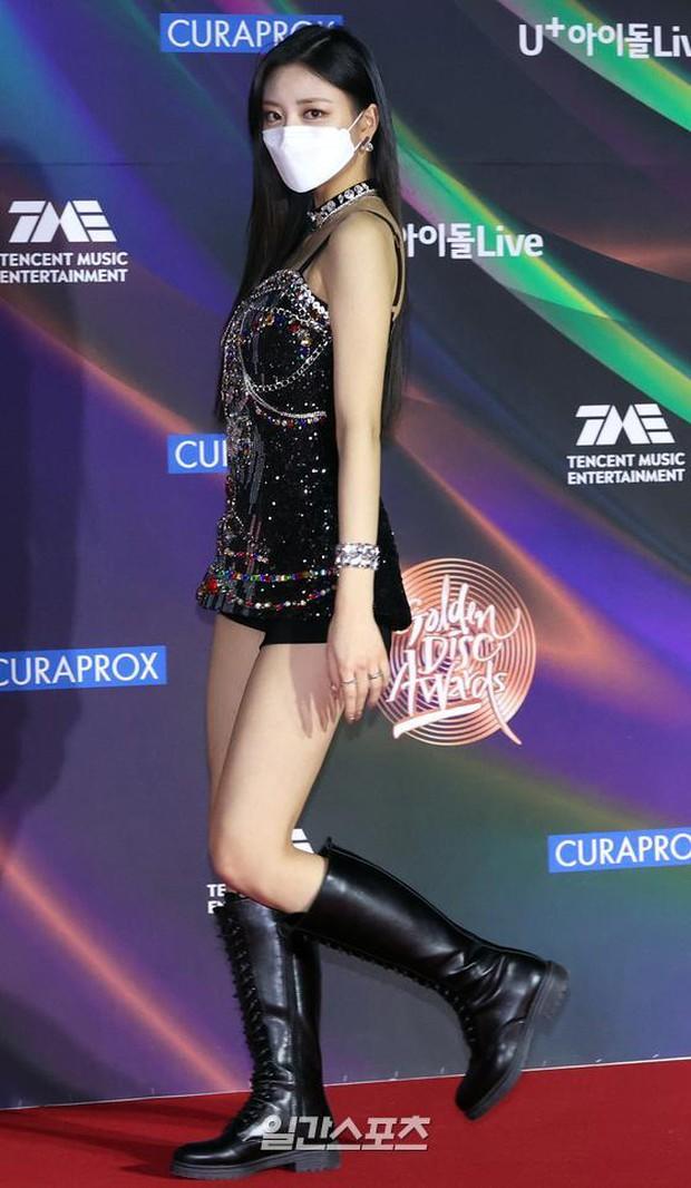 Thảm đỏ Grammy Hàn Quốc 2021: Thành viên Oh My Girl mặc đồ thảm họa, em út sexy nhất Kpop Hwasa và Jessi hở bạo kệ trời rét âm độ - Ảnh 12.
