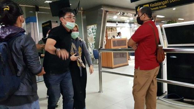 Máy bay rơi tại Indonesia: Thân nhân bàng hoàng đau đớn, khóc hết nước mắt trước tin dữ, ngóng đợi người nhà trở về trong vô vọng tại sân bay - Ảnh 5.