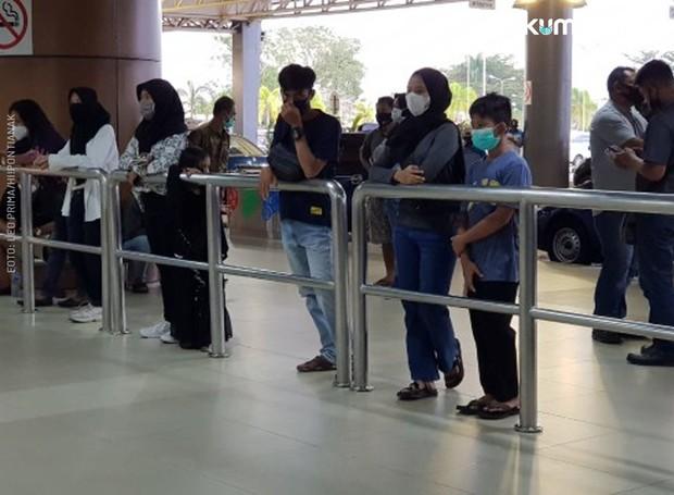 Máy bay rơi tại Indonesia: Thân nhân bàng hoàng đau đớn, khóc hết nước mắt trước tin dữ, ngóng đợi người nhà trở về trong vô vọng tại sân bay - Ảnh 4.