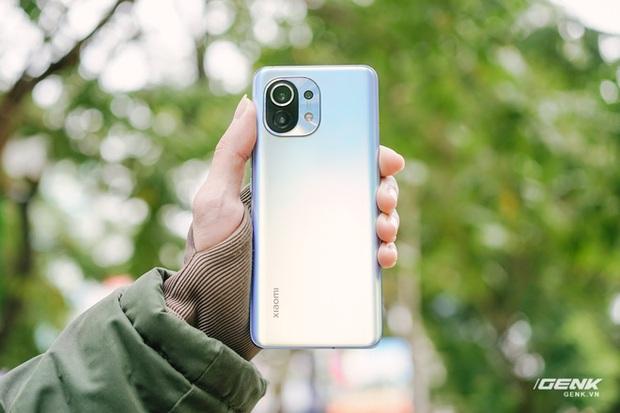 Trên tay Xiaomi Mi 11 tại Việt Nam: Smartphone đầu tiên với chip Snapdragon 888, giá 16 triệu đồng - Ảnh 8.