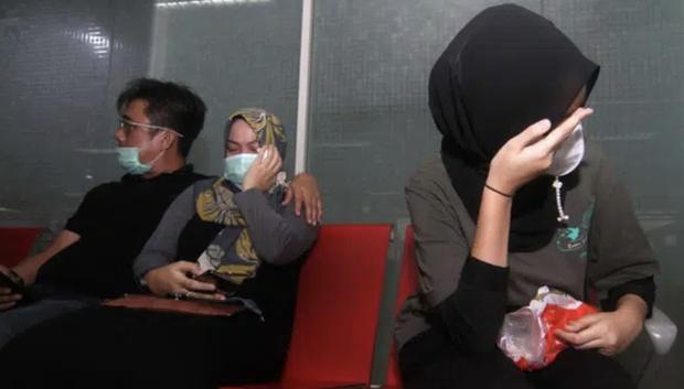 Máy bay rơi tại Indonesia: Thân nhân bàng hoàng đau đớn, khóc hết nước mắt trước tin dữ, ngóng đợi người nhà trở về trong vô vọng tại sân bay - Ảnh 9.