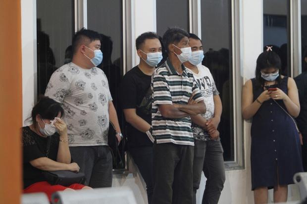 Máy bay rơi tại Indonesia: Thân nhân bàng hoàng đau đớn, khóc hết nước mắt trước tin dữ, ngóng đợi người nhà trở về trong vô vọng tại sân bay - Ảnh 7.