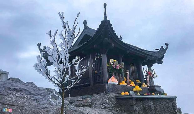 Trầm trồ trước khung cảnh băng tuyết tuyệt đẹp bao phủ chùa Đồng trên đỉnh non thiêng Yên Tử - Ảnh 1.