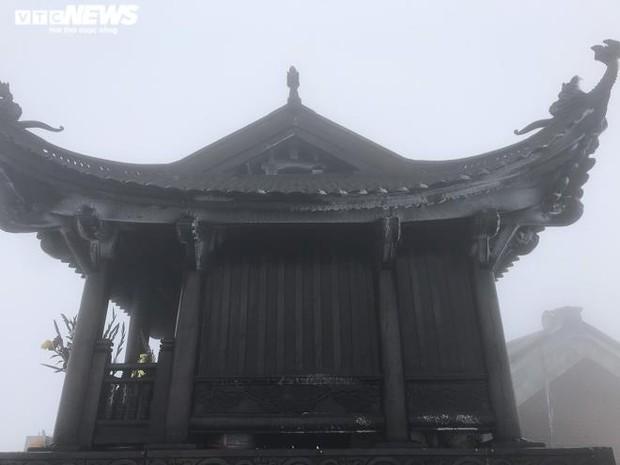 Trầm trồ trước khung cảnh băng tuyết tuyệt đẹp bao phủ chùa Đồng trên đỉnh non thiêng Yên Tử - Ảnh 4.