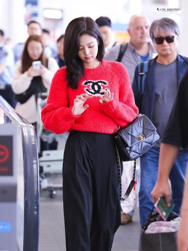 Jennie sắm đồ đơn giản hơn bạn nghĩ, chỉ mua quần đen ống rộng mà phối được hẳn 8891 bộ đồ - Ảnh 2.