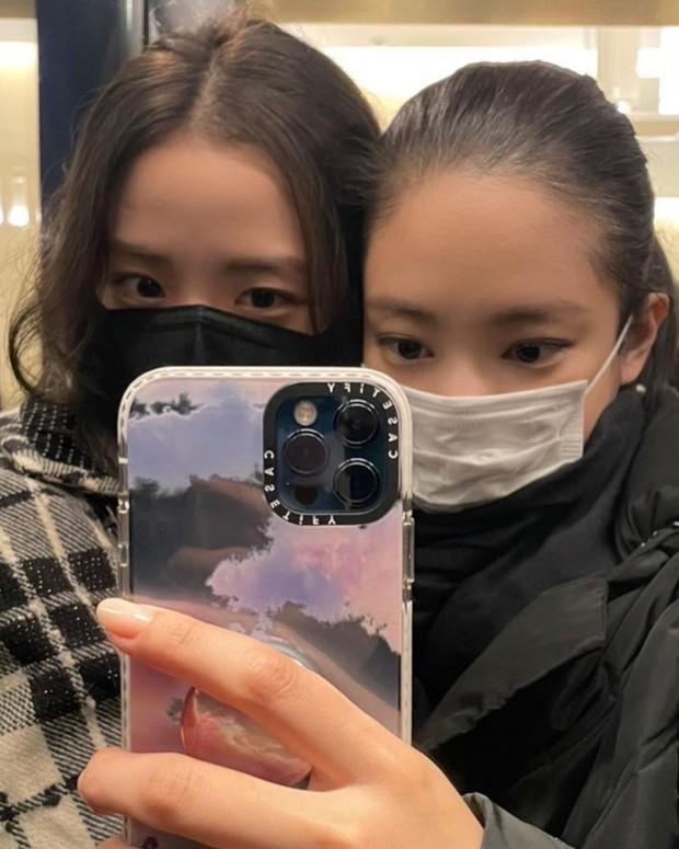 Jisoo - Jennie (BLACKPINK) hẹn hò giữa Paris Fashion Week, nhìn mặt mộc mà netizen phải thốt lên: Thể nào được tôn là biểu tượng nhan sắc! - Ảnh 4.
