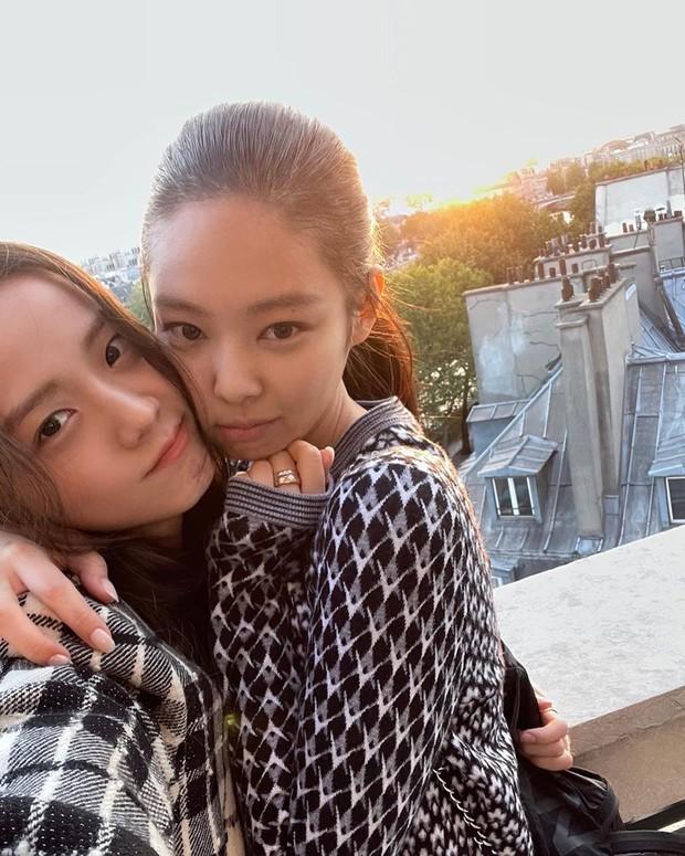 Jisoo - Jennie (BLACKPINK) hẹn hò giữa Paris Fashion Week, nhìn mặt mộc mà netizen phải thốt lên: Thể nào được tôn là biểu tượng nhan sắc! - Ảnh 3.