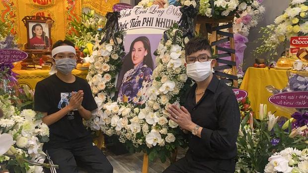 Lễ viếng ca sĩ Phi Nhung tại nhà riêng ngày 1/10: Long Nhật đau lòng dâng hương tiễn biệt, Hồ Văn Cường buồn bã quỳ bên di ảnh mẹ nuôi - Ảnh 5.