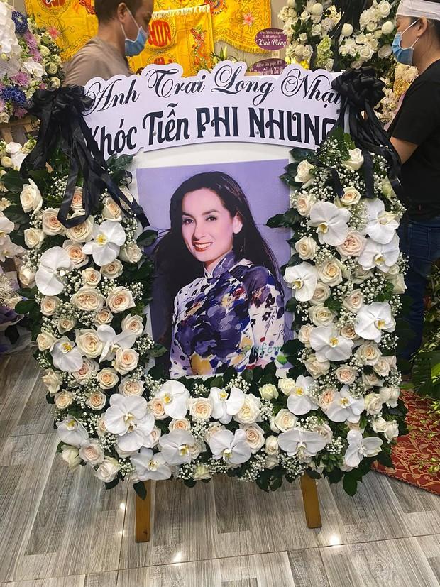 Lễ viếng ca sĩ Phi Nhung tại nhà riêng ngày 1/10: Long Nhật đau lòng dâng hương tiễn biệt, Hồ Văn Cường buồn bã quỳ bên di ảnh mẹ nuôi - Ảnh 6.