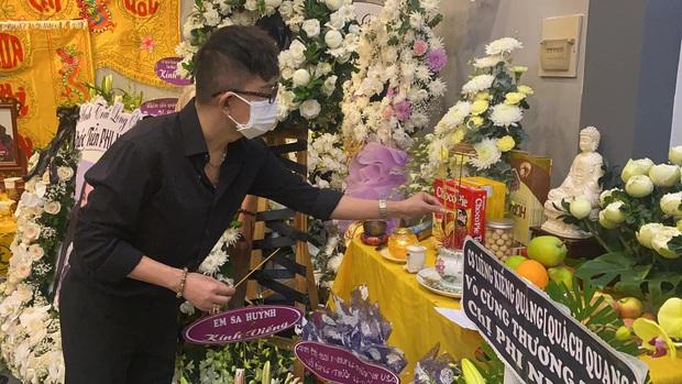 Lễ viếng ca sĩ Phi Nhung tại nhà riêng ngày 1/10: Long Nhật đau lòng dâng hương tiễn biệt, Hồ Văn Cường buồn bã quỳ bên di ảnh mẹ nuôi - Ảnh 7.
