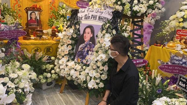 Lễ viếng ca sĩ Phi Nhung tại nhà riêng ngày 1/10: Long Nhật đau lòng dâng hương tiễn biệt, Hồ Văn Cường buồn bã quỳ bên di ảnh mẹ nuôi - Ảnh 8.
