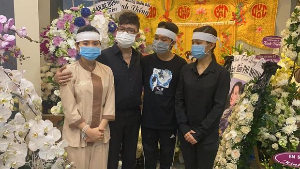 Lễ viếng ca sĩ Phi Nhung tại nhà riêng ngày 1/10: Long Nhật đau lòng dâng hương tiễn biệt, Hồ Văn Cường buồn bã quỳ bên di ảnh mẹ nuôi - Ảnh 3.