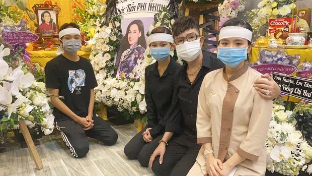 Lễ viếng ca sĩ Phi Nhung tại nhà riêng ngày 1/10: Long Nhật đau lòng dâng hương tiễn biệt, Hồ Văn Cường buồn bã quỳ bên di ảnh mẹ nuôi - Ảnh 4.