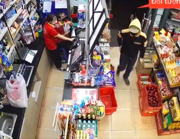 Hà Nội: Truy tìm đối tượng táo tợn xông vào cướp siêu thị - Ảnh 1.