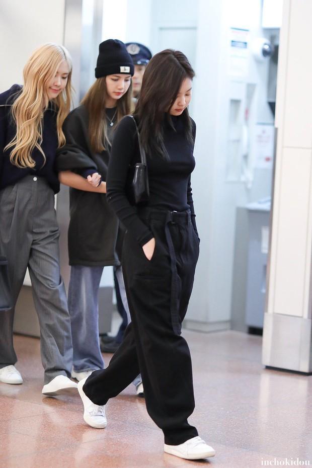 Jennie sắm đồ đơn giản hơn bạn nghĩ, chỉ mua quần đen ống rộng mà phối được hẳn 8891 bộ đồ - Ảnh 5.