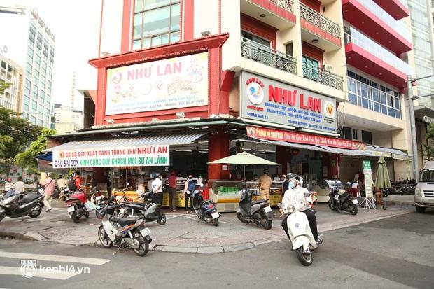 Hốt hụi chót: Người Sài Gòn hùng hục đi săn... bánh Trung thu vào sáng nay, mặc kệ Rằm tháng 8 đã qua tận 10 ngày! - Ảnh 2.