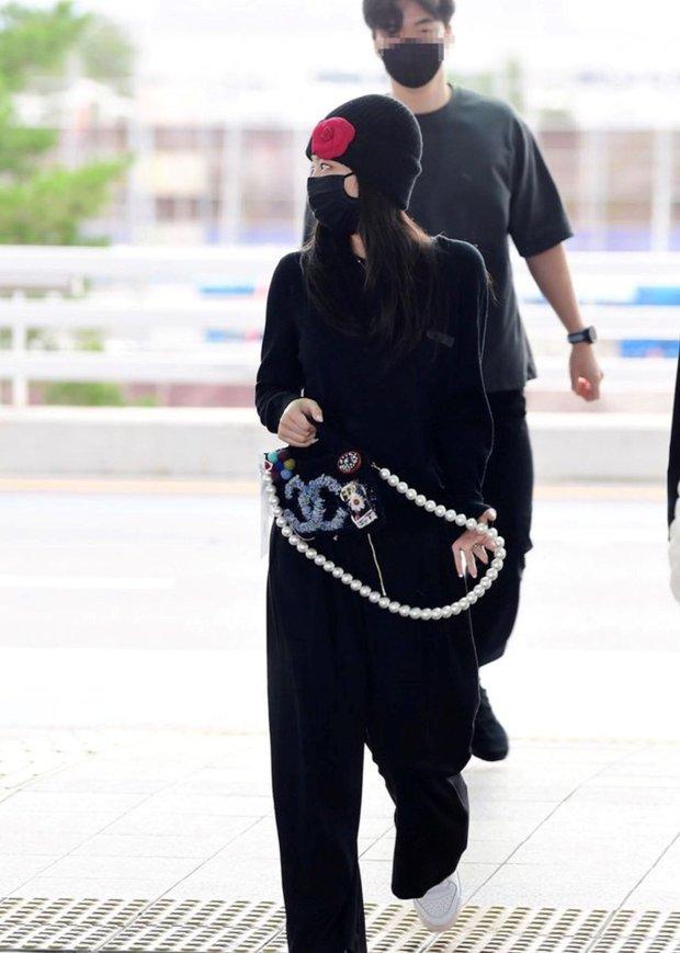 Jennie sắm đồ đơn giản hơn bạn nghĩ, chỉ mua quần đen ống rộng mà phối được hẳn 8891 bộ đồ - Ảnh 1.