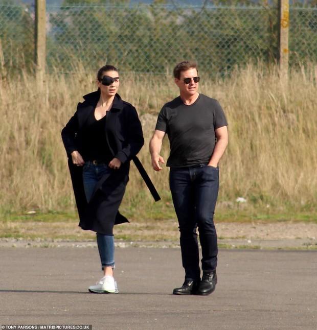 Tom Cruise lộ ảnh hiếm cùng bạn gái ở hậu trường, sốc nhất bụng bia lồ lộ, phong độ tuột dốc của tài tử U60 - Ảnh 2.