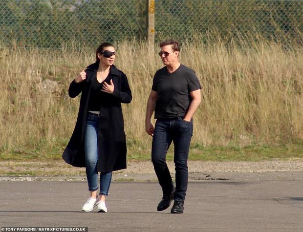 Tom Cruise lộ ảnh hiếm cùng bạn gái ở hậu trường, sốc nhất bụng bia lồ lộ, phong độ tuột dốc của tài tử U60 - Ảnh 3.