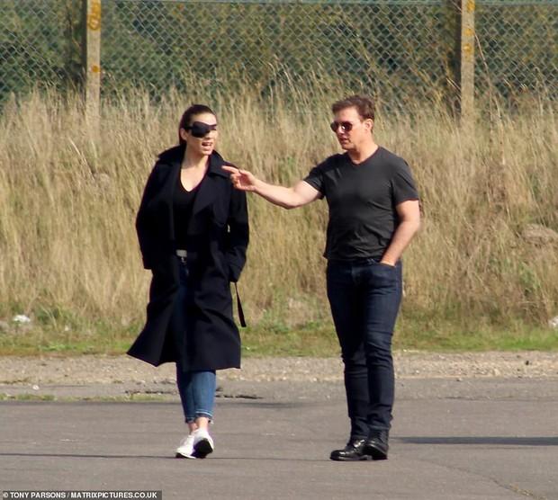 Tom Cruise lộ ảnh hiếm cùng bạn gái ở hậu trường, sốc nhất bụng bia lồ lộ, phong độ tuột dốc của tài tử U60 - Ảnh 4.