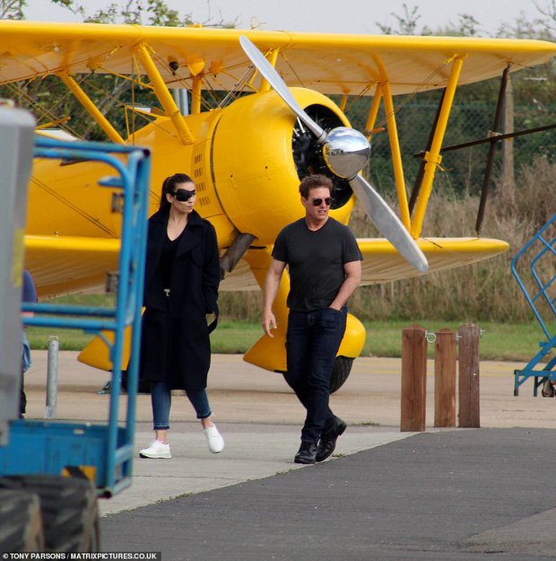 Tom Cruise lộ ảnh hiếm cùng bạn gái ở hậu trường, sốc nhất bụng bia lồ lộ, phong độ tuột dốc của tài tử U60 - Ảnh 5.