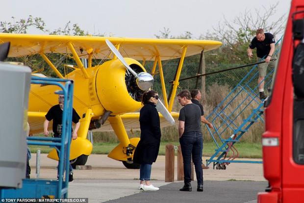 Tom Cruise lộ ảnh hiếm cùng bạn gái ở hậu trường, sốc nhất bụng bia lồ lộ, phong độ tuột dốc của tài tử U60 - Ảnh 7.