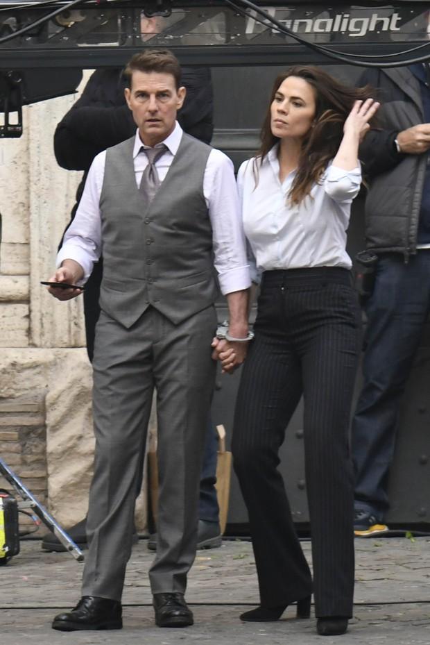 Tom Cruise lộ ảnh hiếm cùng bạn gái ở hậu trường, sốc nhất bụng bia lồ lộ, phong độ tuột dốc của tài tử U60 - Ảnh 9.
