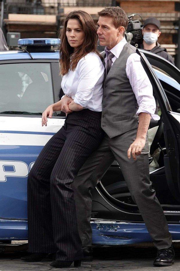 Tom Cruise lộ ảnh hiếm cùng bạn gái ở hậu trường, sốc nhất bụng bia lồ lộ, phong độ tuột dốc của tài tử U60 - Ảnh 10.