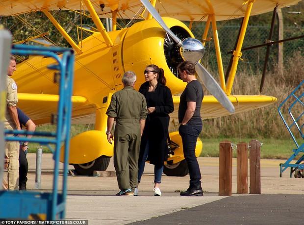 Tom Cruise lộ ảnh hiếm cùng bạn gái ở hậu trường, sốc nhất bụng bia lồ lộ, phong độ tuột dốc của tài tử U60 - Ảnh 6.