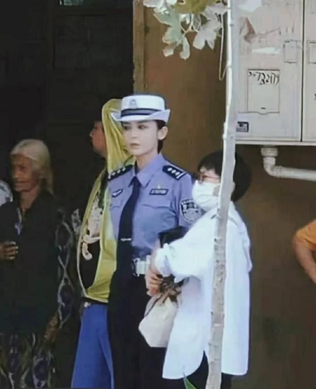 Làn da trắng đến mức phát sáng trong ảnh không PTS của 1 nữ thần Cbiz náo loạn Weibo, đúng là mỹ nhân Tân Cương có khác - Ảnh 5.