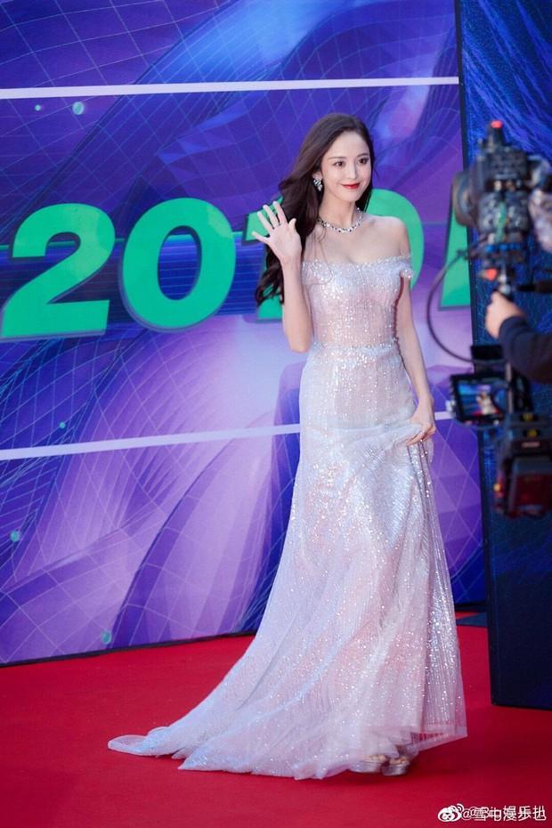 Làn da trắng đến mức phát sáng trong ảnh không PTS của 1 nữ thần Cbiz náo loạn Weibo, đúng là mỹ nhân Tân Cương có khác - Ảnh 10.