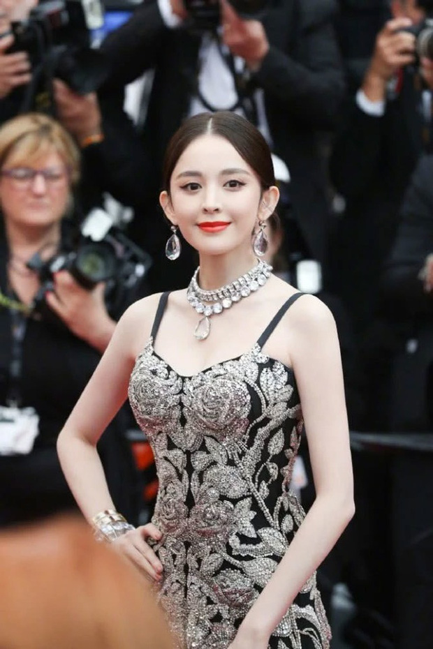 Làn da trắng đến mức phát sáng trong ảnh không PTS của 1 nữ thần Cbiz náo loạn Weibo, đúng là mỹ nhân Tân Cương có khác - Ảnh 9.