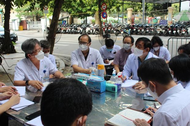 Bộ Y tế yêu cầu BV Việt Đức xét nghiệm nhanh để phân vùng xanh, vàng, đỏ - Ảnh 1.