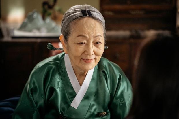 Sốc xỉu nhan sắc người bà quốc dân màn ảnh Hàn thuở vào nghề: Visual 23 tuổi xứng tầm mỹ nhân, đong đưa bạn diễn quá ngọt! - Ảnh 1.