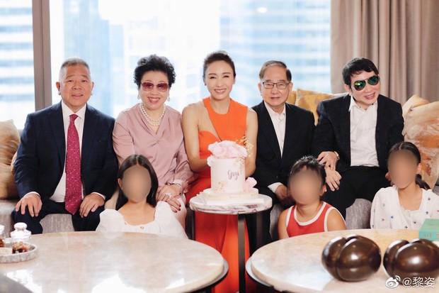 Đệ nhất mỹ nhân TVB Lê Tư khoe ảnh sinh nhật tuổi 50, ông xã tỷ phú và em trai tàn tật hiếm hoi lộ diện bèn chiếm luôn spotlight - Ảnh 3.