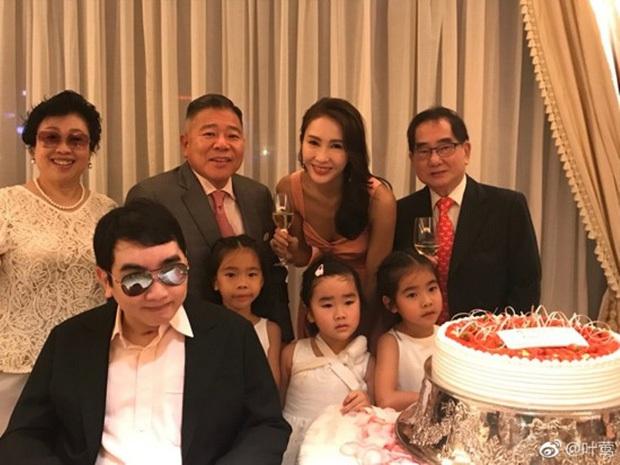 Đệ nhất mỹ nhân TVB Lê Tư khoe ảnh sinh nhật tuổi 50, ông xã tỷ phú và em trai tàn tật hiếm hoi lộ diện bèn chiếm luôn spotlight - Ảnh 8.
